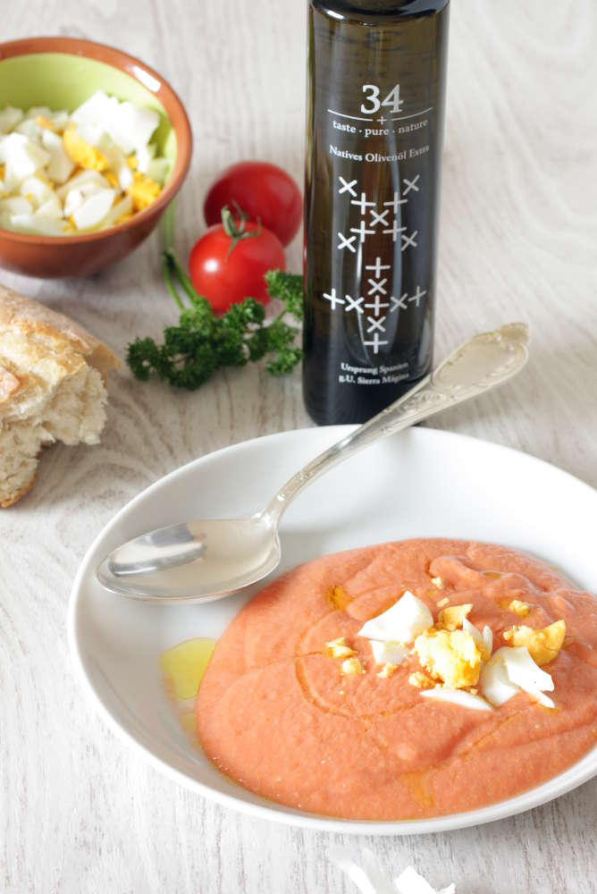 Salmorejo with his ingredients
