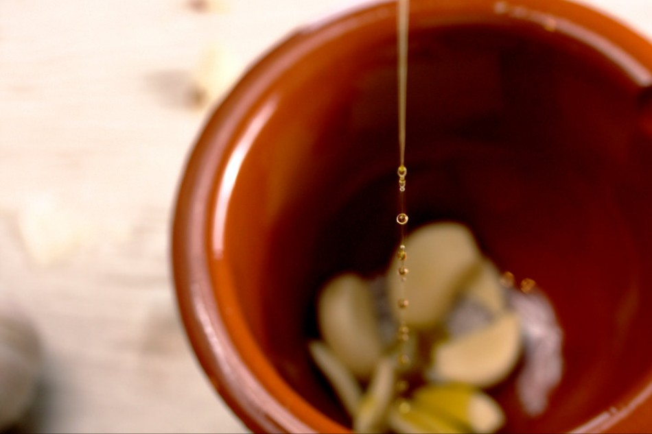 alioli with olive oil drops